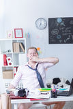 Studio di sbadiglio sonnolento dello studente duro Immagini Stock