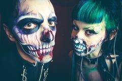Studio di scheletro cyber spaventoso della donna e dell'uomo di Halloween immagini stock