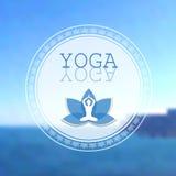Studio di yoga su fondo vago mare Fotografia Stock Libera da Diritti