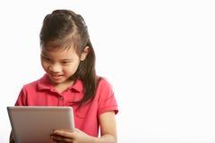 Studio die van Chinees Meisje met Digitale Tablet is ontsproten Stock Afbeelding