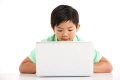 Studio die van Chinese Jongen met Laptop is ontsproten Stock Foto's