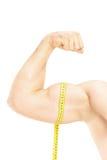Studio die van mannelijke spieren met het meten van band wordt geschoten Royalty-vrije Stock Foto