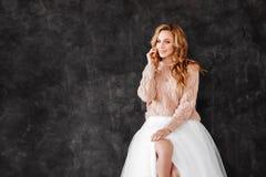 Studio die van mooie jonge vrouw met blondehaar wordt geschoten stock afbeeldingen