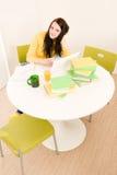 Studio domestico della giovane ragazza dell'allievo con il computer portatile Immagine Stock Libera da Diritti