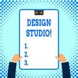 Studio för design för textteckenvisning Begreppsmässig fotoarbetsplats för formgivare och hantverkare som kopplas in, i att tänka stock illustrationer