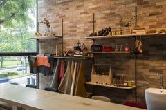 Studio för läderhantverkseminarium med läderprodukter Royaltyfri Fotografi