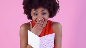 Studio för ung kvinna som isoleras på rosa läs- kvinnor för daghälsning för ` s kort