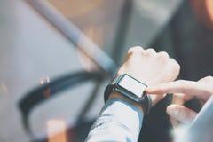 Studio för vind för Closeupfotokvinna avslappnande modern Använda den generiska designSmart klockan Kvinnlign räcker smartwatch f Royaltyfri Foto