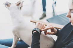 Studio för vind för fotokvinna avslappnande modern Använda den generiska designSmart klockan Kvinnlign räcker smartwatch för den  Arkivfoton