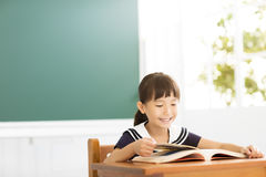 Studio felice della bambina nell'aula Immagini Stock