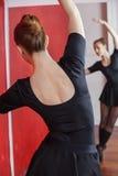 Studio femminile di Practicing In Ballet del ballerino Fotografie Stock Libere da Diritti