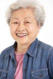 Studio geschossen von der chinesischen älteren Frau Lizenzfreies Stockfoto