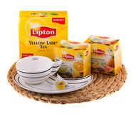 Studio geschotene die pakken van thee Lipton in assortiment op wit wordt geïsoleerd Lipton is een wereldberoemd merk van thee Stock Fotografie