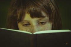 studio Giovane bella ragazza che legge un libro esterno Fotografia Stock