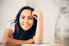 Studio indiano felice di scrittura di istruzione della studentessa Immagini Stock Libere da Diritti