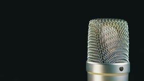 Studio-Kondensator-Mikrofon dreht sich auf einen schwarzen Hintergrund stock video footage