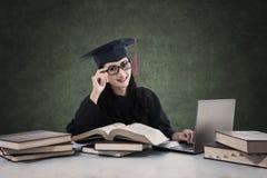 Studio laureato della femmina con i libri ed il computer portatile Fotografia Stock Libera da Diritti