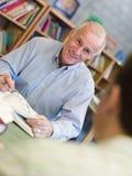 studio maturo degli allievi delle biblioteche Immagine Stock