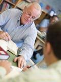 studio maturo degli allievi delle biblioteche Immagini Stock