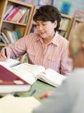 studio maturo degli allievi delle biblioteche Immagine Stock Libera da Diritti