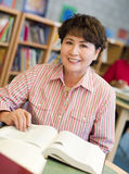 studio maturo dell'allievo delle biblioteche femminili Immagine Stock