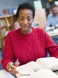 studio maturo dell'allievo delle biblioteche femminili Fotografie Stock