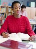 studio maturo dell'allievo delle biblioteche femminili Immagine Stock Libera da Diritti