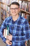studio maturo maschio dell'allievo delle biblioteche Immagini Stock