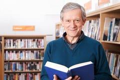 studio maturo maschio dell'allievo delle biblioteche Fotografie Stock Libere da Diritti