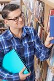 studio maturo maschio dell'allievo delle biblioteche Immagini Stock Libere da Diritti