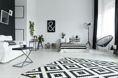 Studio met bed royalty-vrije stock fotografie