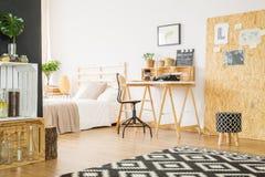 Studio minimaliste plat avec l'espace de travail Images libres de droits