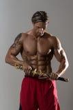In Studio With modelo masculino musculoso una espada Imágenes de archivo libres de regalías