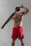 In Studio With modelo masculino musculoso una espada Imagenes de archivo