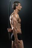 In Studio With modelo masculino musculoso una espada Fotos de archivo libres de regalías