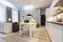Studio plat avec la cuisine ouverte photo stock