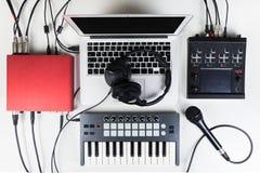 Studio portatif et compact de maison de musique pour la production électronique et de battement de musique Photographie stock libre de droits