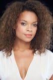 Studio-Porträt der Schönheit gegen schwarzen Hintergrund Lizenzfreie Stockfotos