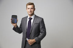 Studio-Porträt des Buchhalters Using Calculator lizenzfreie stockfotos