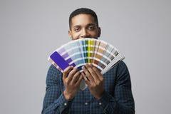 Studio-Porträt des Grafikdesigners With Color Swatches lizenzfreie stockfotos