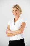 Studio-Porträt von Geschäftsfrau-Standing Against White-Hintergrund Lizenzfreie Stockfotografie