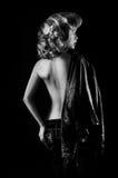 Studio portrait of blonde woman with leather biker jacket посмотрите Стоковое Изображение