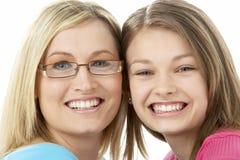 Studio-Portrait der lächelnden Jugendlichen mit älterem stockbilder