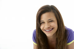 Studio-Portrait der lächelnden Jugendlichen Stockbild