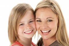 Studio-Portrait der Mutter junge Tochter umarmend Lizenzfreies Stockbild