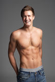 Studio-Portrait des bloßen Chested muskulösen jungen Mannes Stockbilder