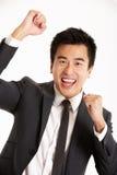 Studio-Portrait des chinesischen Geschäftsmannes feiernd Lizenzfreies Stockbild