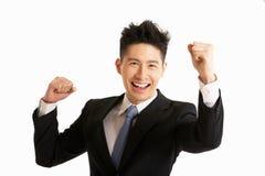 Studio-Portrait des chinesischen Geschäftsmannes feiernd Stockfotos