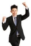 Studio-Portrait des chinesischen Geschäftsmannes feiernd Lizenzfreie Stockbilder