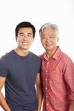 Studio-Portrait des chinesischen Vaters mit erwachsenem Sohn Stockfotografie